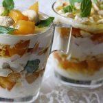 Йогуртовый десерт с хурмой, орешками и мёдом