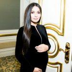 Беременная первенцем жена Мота уже выбирает наряды, которые наденет после родов