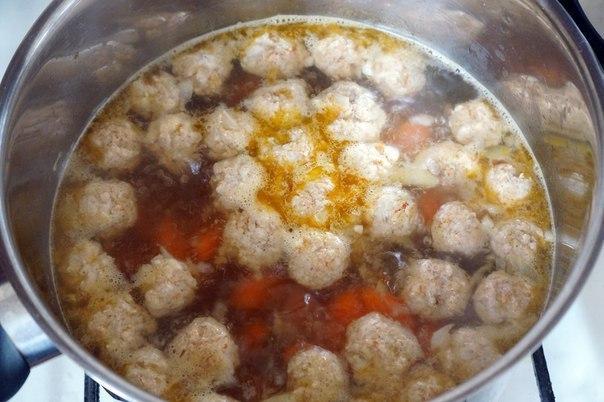 Прозрачный суп с куриными фрикадельками