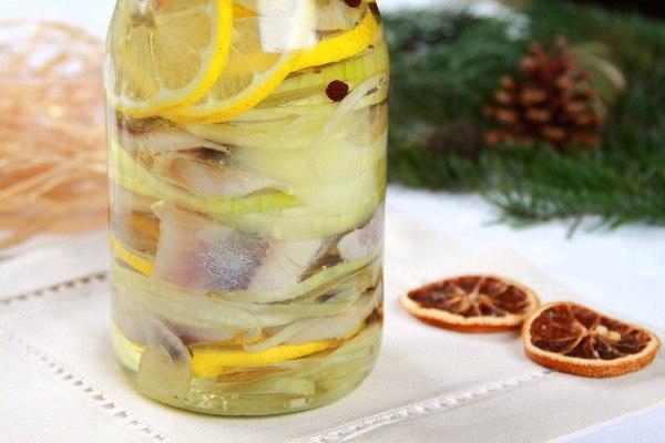 Соленая селедка с луком и маслом