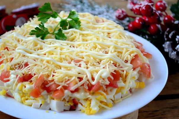 Слоеный салат с крабовыми палочками (вкусно и просто).